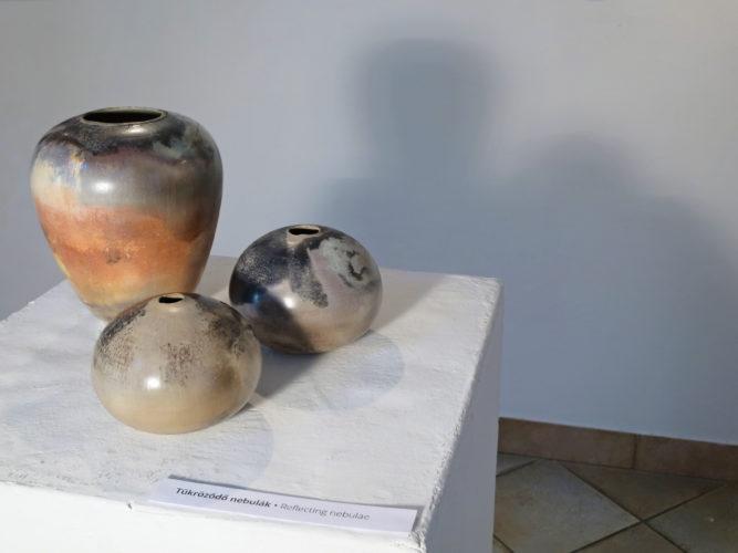 Tükröződő nebulák - Tapintható univerzumok: egyéni kiállítás Suttogógömbökkel