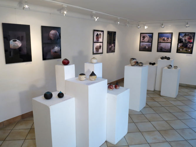 Kiállítótér (földszint) - Tapintható univerzumok: egyéni kiállítás Suttogógömbökkel