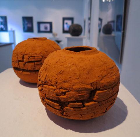 Felperzselt föld - Tapintható univerzumok: egyéni kiállítás Suttogógömbökkel