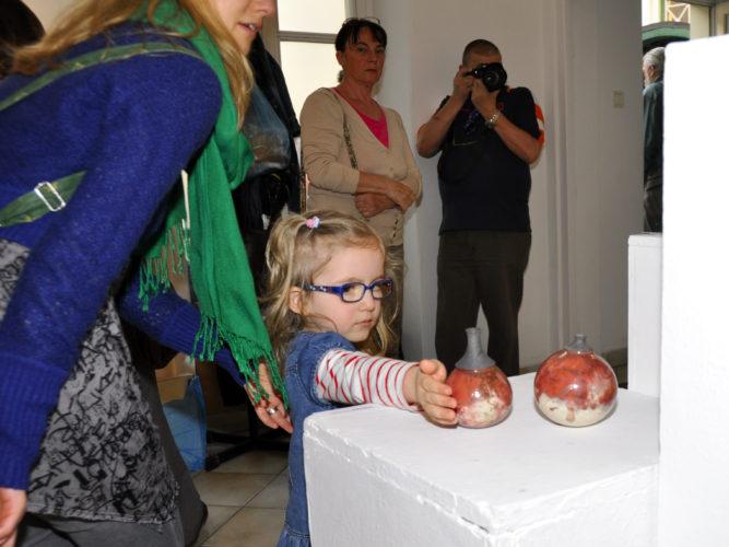 Korhatár nélkül - Tapintható univerzumok: egyéni kiállítás Suttogógömbökkel