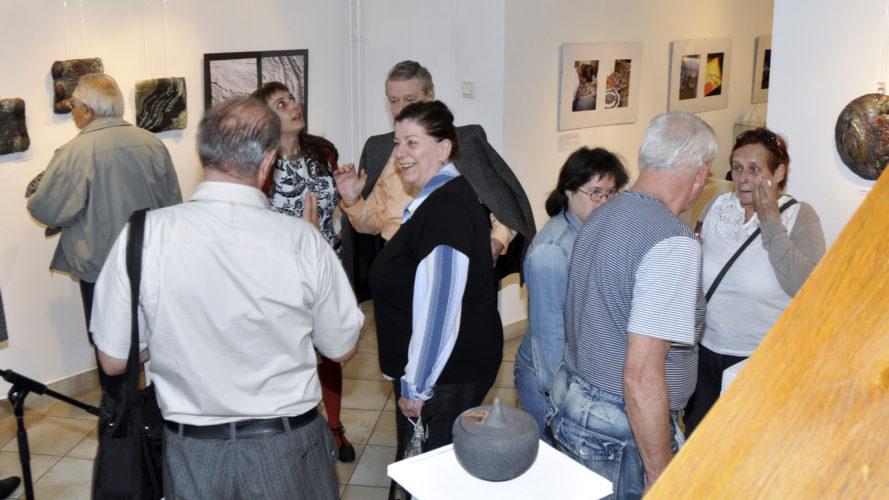 Társaság - Tapintható univerzumok: egyéni kiállítás Suttogógömbökkel