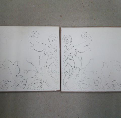 Virágmintás majolika csempe, kontúrok - Károlyi Ildikó