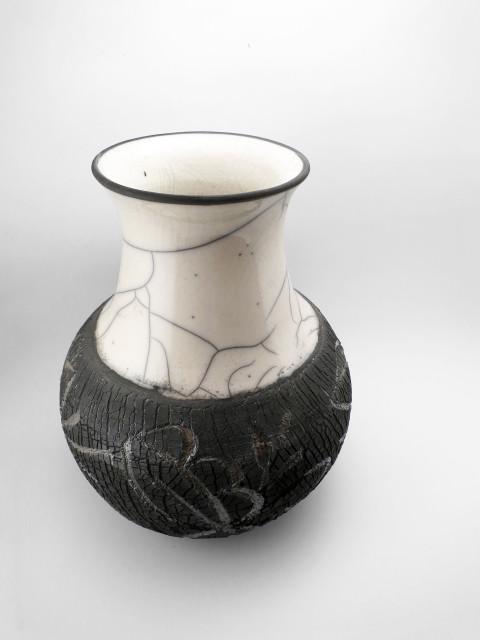 Virágmintás monokróm váza - Károlyi Ildikó