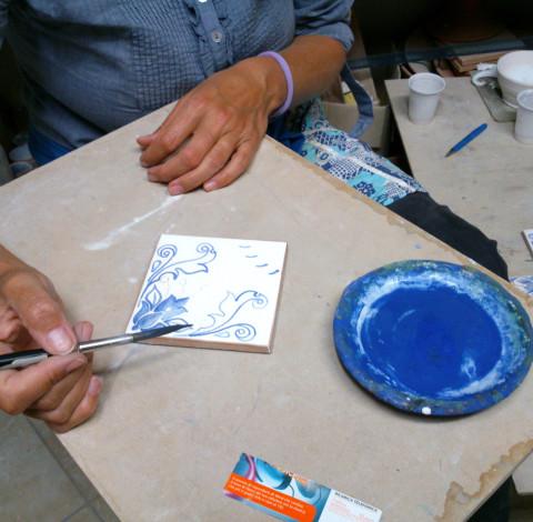 Virágmintás majolika csempe, kék - Károlyi Ildikó